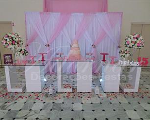 Decoração de 15 Anos Mesa de Vidro Em Rosa Claro Branco e Detalhe Rosa Pink