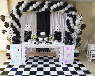 Locação Decoração Aniversário Adulto em Preto e Branco Com Uma Mesa