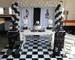 Locação Decoração Aniversário Adulto em Preto e Branco Tema Musica Notas Musicais Com Uma Mesa