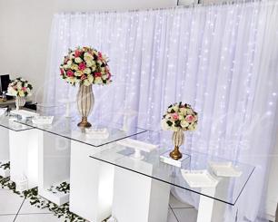 Locação Decoração Para Eventos Com Mesa de Vidro Vasos Perolados Arranjos de Flores Rosa e Branco e Painel de Led