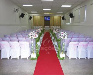 Decoração Corredor de Cerimônia Rosa e Branco Com Capas de Cadeiras e Laços Rosas