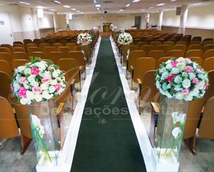 Decoração Corredor de Cerimônia Rosa e Branco Com Tapete Verde