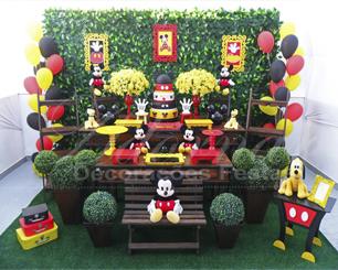 Decoração Mickey Mouse Tema em Rústico Com Duas Mesas e Muro Inglês