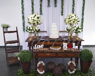 Decoração de Casamento e Noivado Em Rústico Com Vasos Perolados e Arranjos de Flores em Branco