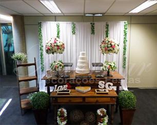 Decoração de Casamento e Noivado Em Rústico Com Vasos de Vidros e Arranjos de Flores Rosa e Branco