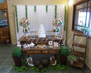 Decoração de Casamento e Noivado Em Rústico Com Vasos Perolados e Arranjos de Flores Rosa e Branco